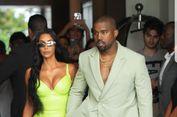 'Kondangan', Kanye West Pakai Sandal dengan Kaus Kaki