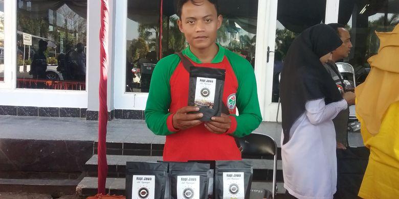 Nur Abidin, produsen kopi tumbuk Liberika di Plantungan, Kendal, Jawa Tengah.