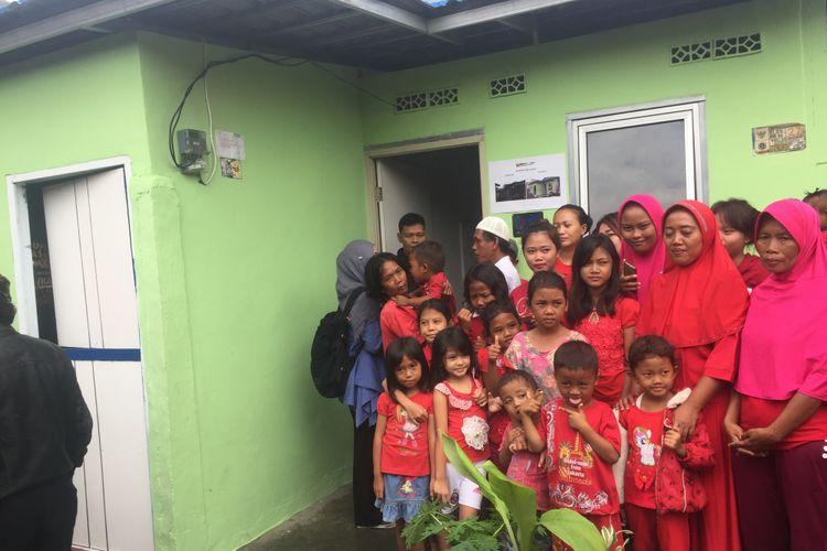 Keluarga Bapak Uwik yang menerima bantuan program bedah rumah dari Pemprov DKI Jakarta.