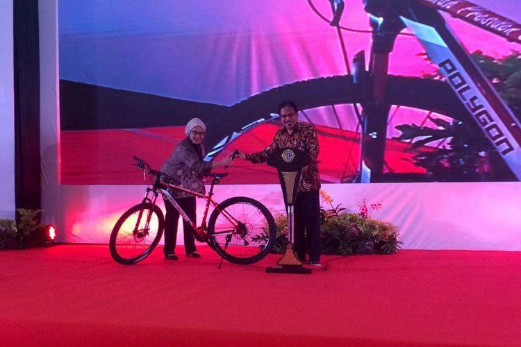 Menteri Agraria dan Tata Ruang atau Kepala Badan Pertanahan Nasional (ATR/BPN) Sofyan Djalil membagikan sepeda dari Presiden Joko Widodo untuk para peserta Rakornas, Kamis, (11/1/2018).