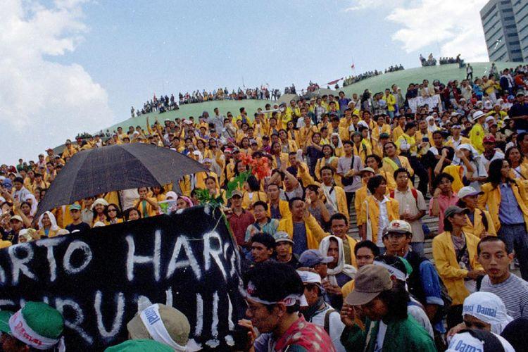 Mahasiswa membawa keranda jenazah Soeharto saat menduduki Gedung MPR/DPR menuntut Soeharto mundur sebagai Presiden RI, Jakarta, 21 Mei 1998.