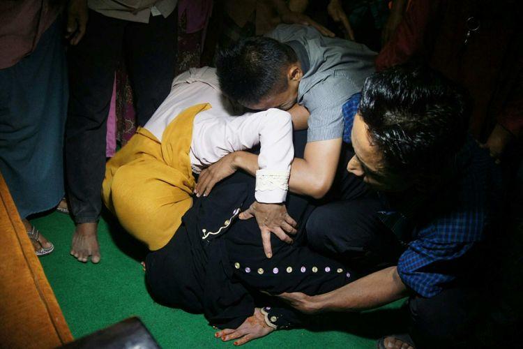 Nurkoyah, TKI yang lolos dari hukuman mati di Arab Saudi, langsung sujud syukur saat tiba di rumahnya, Dusun Krajan 1, Desa Kertajaya, Kecamatan Jayakerta, Kabupaten Karawang, Rabu (4/7/2018).