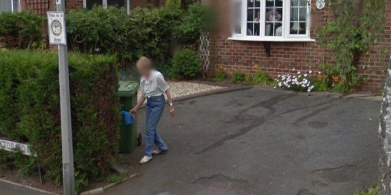 Seorang perempuan Florida melihat rumah masa kecil dan ibunya yang sedang menyiram tanaman lewat Google Earth. Saat dia melihat ini, ibunya sudah meninggal 18 bulan sebelumnya.
