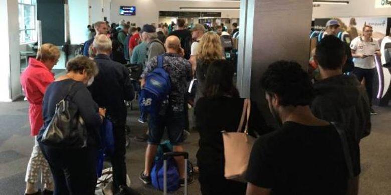 Para penumpang sebuah maskapai di Bandara Auckland, Selandia Baru, tengah menjalani pemeriksaan ulang setelah seorang penumpang perempuan menerobos keamanan karena kembali sehabis merokok Minggu (11/2/2018).