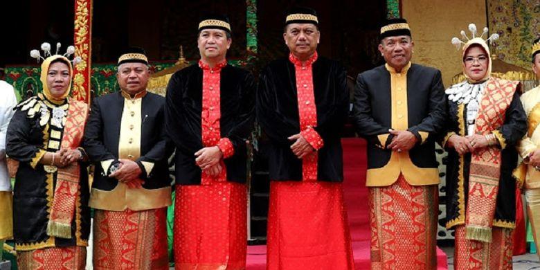 Olly dan Kandouw Sandang Gelar Kehormatan Adat Bolaang Mongondow Utara
