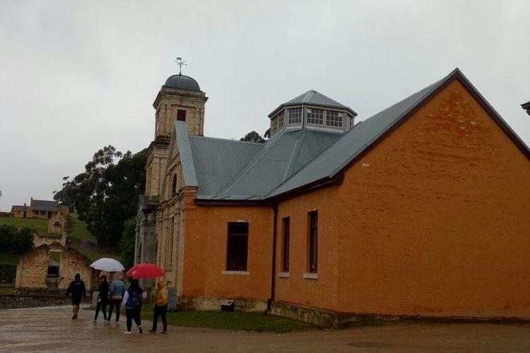 Bangunan berwarna merah ini di masanya adalah rumah sakit untuk menampung para narapidana yang mengalami gangguan jiwa. Namun, kini fungsinya berubah menjadi sebuah museum.