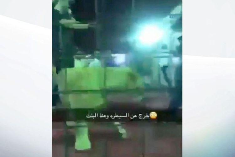 Potongan gambar video memperlihatkan seekor singa yang menjadi bagian atraksi Festival Jeddah Spring di Arab Saudi tiba-tiba melompat ke arah penonton, dan menyerang gadis kecil yang ada di sana.