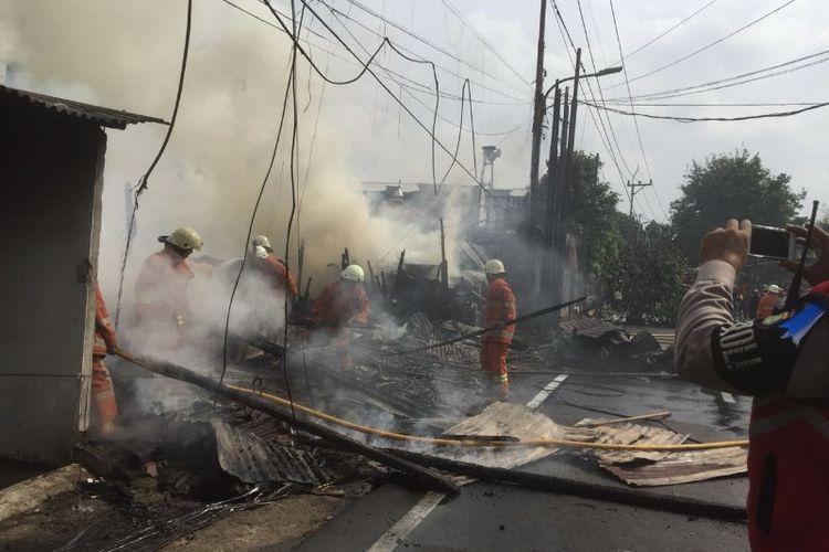 Kebakaran di sebuah lapak kayu Jalan Swadarma Raya, Kembangan, Jakarta Barat pada Jumat (22/6/2018).