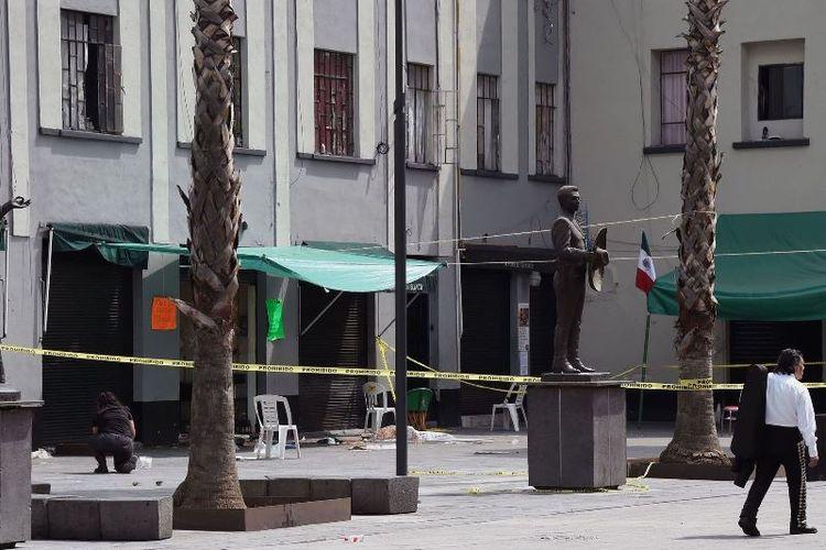 Situasi alun-alun Plaza Garibaldi di pusat kota Mexico City, Meksiko, pada Sabtu (15/9/2019), sehari setelah sekelompok pria bersenjata berpakaian seperti musisi mariachi melepaskan tembakan dan menewaskan lima orang.  (AFP/Alfredo Estrella)