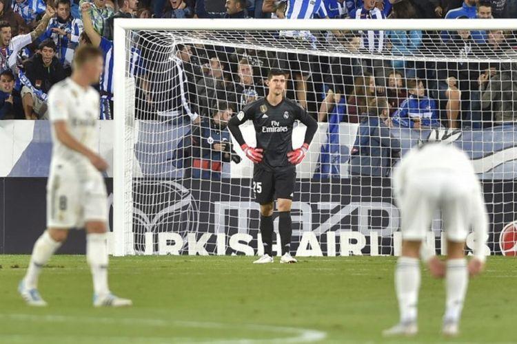 Thibaut Courtois merasa tak percaya kemasukan gol pada menit akhir dalam laga Deportivo Alaves vs Real Madrid, 6 Oktober 2018.