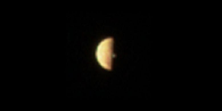 Gambar pertama yang ditangkap JunoCam pada pukul 12.20 UTC pada 21 Desember 2018, menunjukkan bulan Io memasuki bayangan Jupiter dan hampir gerhana.