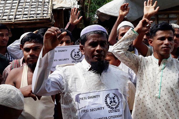 Warga Rohingya melakukan aksi demonstrasi damai menuntut repatriasi layak dan pemberian status warga negara Myanmar Sabtu (16/6/2018). 2018 ini, mereka merayakan Idul Fitri untuk pertama kalinya pasca-mengungsi ke Bangladesh.