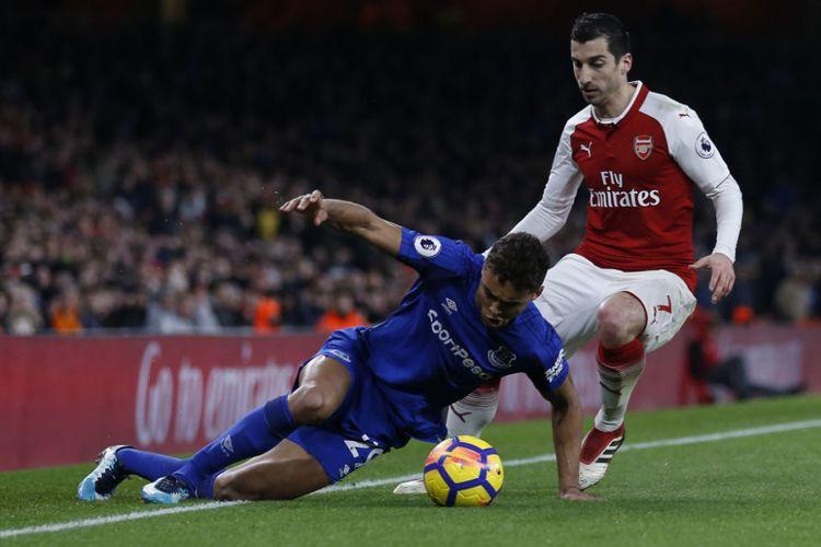 Henrikh Mkhitaryan mencoba merebut bola dari  Dominic Calvert-Lewin dalam laga Premier League antara Arsenal dan Everton di Stadion Emirates, Sabtu (4/2/2018).