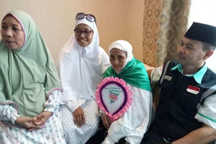 Kedua Kanan: Mariah Margani Muhammad atau biasa disapa Baiq Mariah, warga kecamatan Gunungsari, Lombok Barat. Jamaah haji tertua asal Indonesia yang berumur 104 tahun.