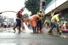 Lumpur di Jalan Jatinegara Dibersihkan