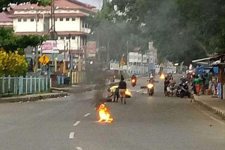 Aksi blokade jalan oleh masyarakat Papua di Manokwari, terhadap kasus diamankannya 43 mahasiswa di Surabaya, Senin (19/8/2019). (KOMPAS.com/BUDY SETIAWAN)