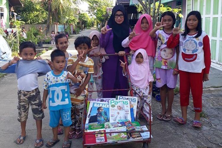 Dengan Gerobak Literasi Kurnia Astuti, guru SDN 003 Tenggarong, Kalimantan Timur secara rutin sejak bulan April 2019 berkeliling komplek perumahan tempat ia tinggal menawarkan warga membaca buku.