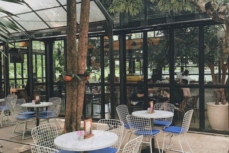 Resto dengan konsep semi outdoor ini menyediakan dua tempat, yakni rumah kaca dan rumah vintage.