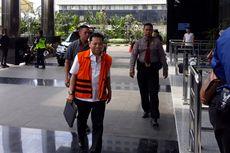 Turun dari Mobil Tahanan, Novanto Pamer Tas Kulit Warna Hitam