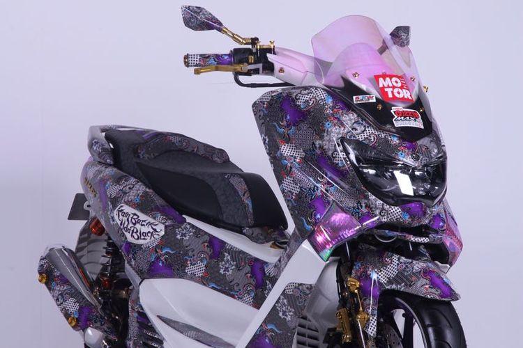 Yamaha NMax batik karya Fajri Uda Black bersama ponakannya, Hendry. Skutik bongsor ini menjadi jawara pada suatu kontes modifikasi di Jakarta pada akhir 2016. (Foto: dokumentasi pribadi).