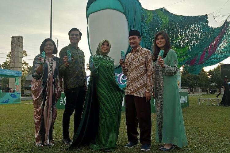 Aktris Chacha Frederica (tengah) didampingi oleh Senior Communication Manager P&G Indonesia Ovidia Nomia (paling kiri), jajaran P&G dan masjid Al-Azhar pada peluncuran sampo dan kondisioner Rejoice Hijab Perfection Series di Masjid Agung Al-Azhar, Jakarta Selatan, Selasa (15/5/2019).