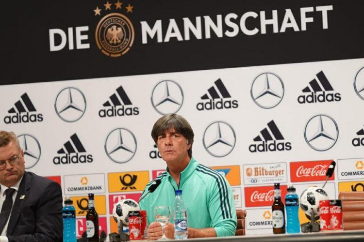 Pelatih timnas Jerman, Joachim Loew, mengadakan jumpa pers di markas latihan tim, Watutinki, 13 Juni 2018.