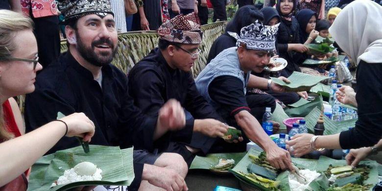 Kuliner khas suku Osing, Pecel Pithik, dihidangkan dalam selametan masyarakat Desa Kemiren, Banyuwangi usai menggelar upacara adat Barong Ider Bumi untuk mengusir bencana dari bumi blambangan, pada hari kedua Lebaran 2017