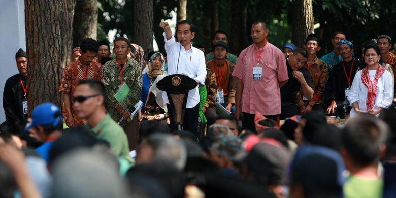 Presiden Joko Widodo saat menyerahkan Surat Keputusan Perhutanan Sosial di Kabupaten Cianjur, Jawa Barat, Jumat (8/2/2019).