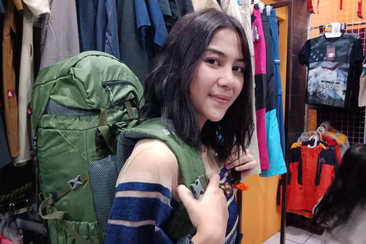 Adinda Thomas, aktris yangenyukai aktifitas outdoor termasuk pendakian gunung di store avtech, Jakarta Timur, Jumat (6/7/2018).