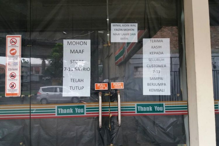 Gerai 7-Eleven di Jl Satrio Jakarta terlihat telah tutup pada Sabtu (24/6/2017), kendati manajemen PT Modern International Tbk mengumumkan gerai akan tutup pada 30 Juni 2017