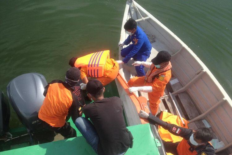 Petugas gabungan saat mengevakuasi korban yang ditemukan mengapung di kawasan perbatasan Indonesia dengan Malaysia di Kabupaten Bengkalis