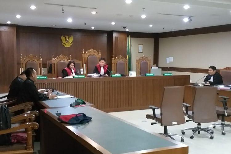 Sidang perdana terhadap Managing Director PT Rohde and Schwarz Indonesia Erwin Arief ditunda karena yang bersangkutan sedang sakit.