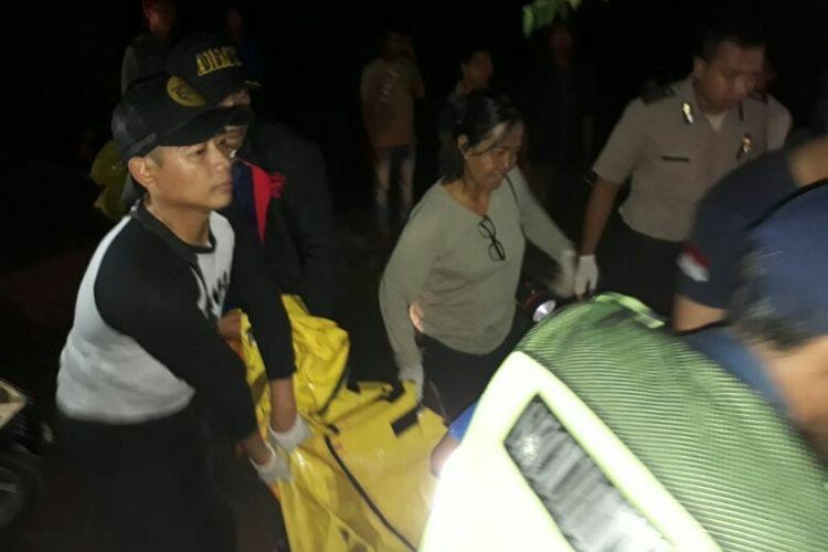 Petugas mengevakuasi jasad korban bunuh diri dengan cara menabrakkan diri ke kereta api di Perlintasan Pasar Serpong, Tangerang Selatan, Selasa (13/3/2018).