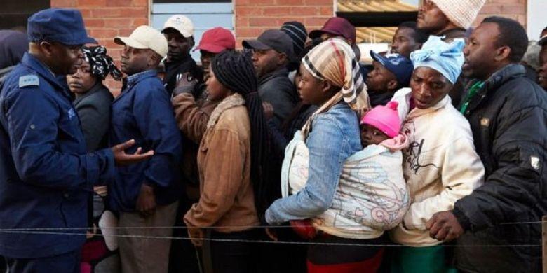 Warga Zimbabwe mengantri di tempat pemungutan suara pada Senin (30/7/2018). Zimbabwe melaksanakan Pemilihan Umum pertama semenjak Robert Mugabe lengser setelah 37 tahun berkuasa pada November 2017.
