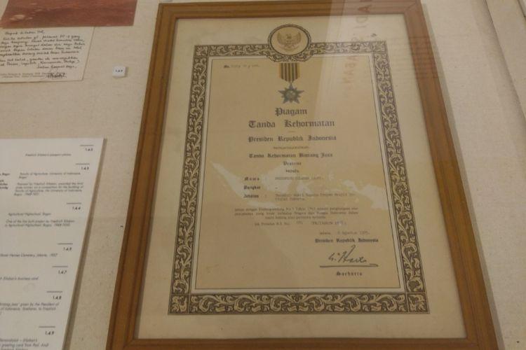 Piagam yang diterima Friedrich Silaban setelah memenangkan sayembara merancang Masjid Istiqlal.