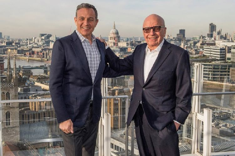 Chairman and Chief Executive Officer, The Walt Disney Company, Bob Iger (kiri) dan Chairman of 21st Century Fox Rupert Murdoch (kanan)