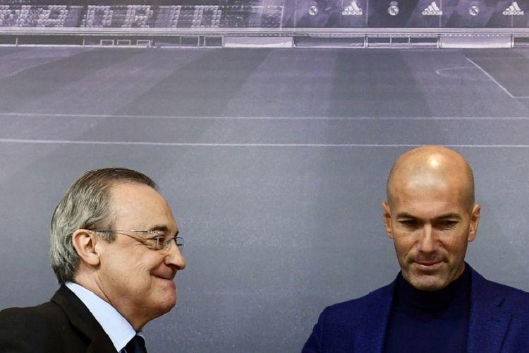 Presiden Real Madrid, Florentino Perez, hadir menemani Zinedine Zidane yang mengadakan jumpa pers saat memutuskan mundur dari kursi pelatih Real Madrid, 31 Mei 2018.