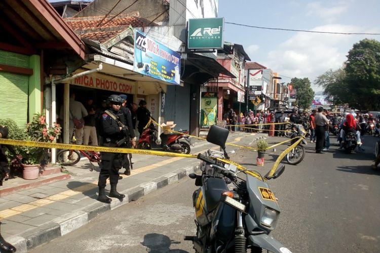 Anggota Brimob bersenjata lengkap berjaga di lokasi penemuan granat nanas, Minggu (15/7/2018) pagi