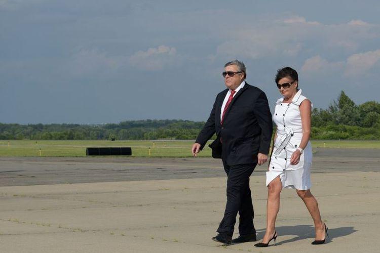 Orangtua Ibu Negara Amerika Serikat Melania Trump, Viktor Knavs (kiri) dan Amalija Knavs (kanan) turun dari Air Force One setibanya di Morristown, New Jersey, AS, pada 30 Juni 2017. (AFP/Mandel Ngan)