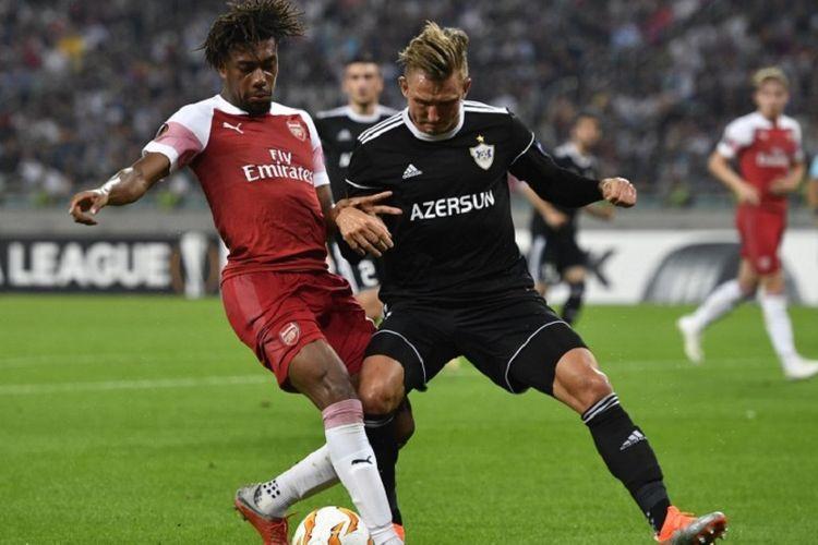 Alex Iwobi berebut bola dengan Jakub Rzezniczak saat Qarabag menjamu Arsenal di Baku dalam lanjutan Liga Europa, 4 Oktober 2018.