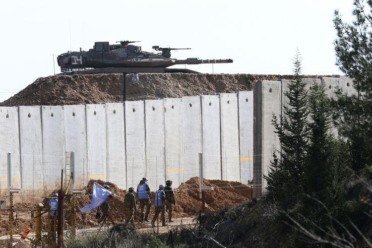 Petugas dari Pasukan Penjaga Perbatasan PBB di Lebanon (UNIFIL) tampak sedang berpatroli di sepanjang tembok perbatasan yang memisahkan wilayah Israel dengan Lebanon.