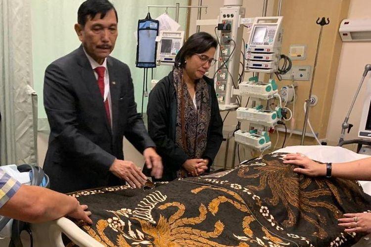 Menteri Koordinator Bidang Kemaritiman Luhut Binsar Panjaitan yang didampingi Menteri Keuangan Sri Mulyani, saat berada di dekat jenazah Ani Yudhoyono