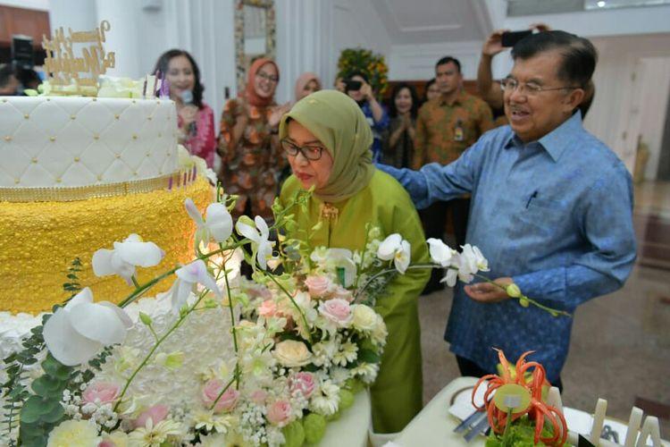 Wakil Presiden Jusuf Kalla merayakan ulang tahun istrinya yang ke-76