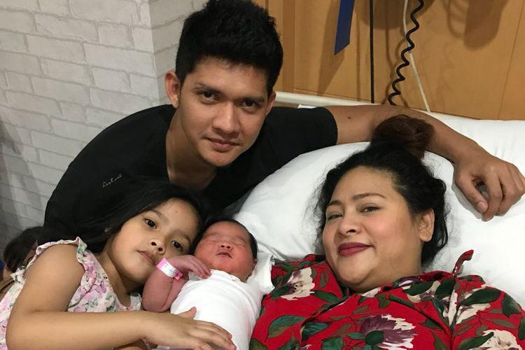 Pasangan Iko Uwais dan Audy bersama kedua putrinya.