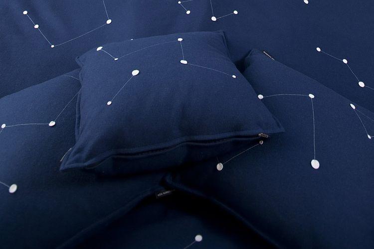 Interior hotel dirancang agar mirip dengan suasana luar angkasa dengan tempat tidur yang terpisah