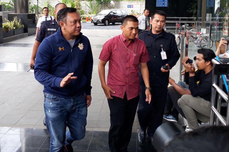 Bupati Pakpak Bharat Remigo Yolando Berutu (kiri) didampingi penyidik tiba di Gedung KPK Jakarta, Minggu (18/11/2018).