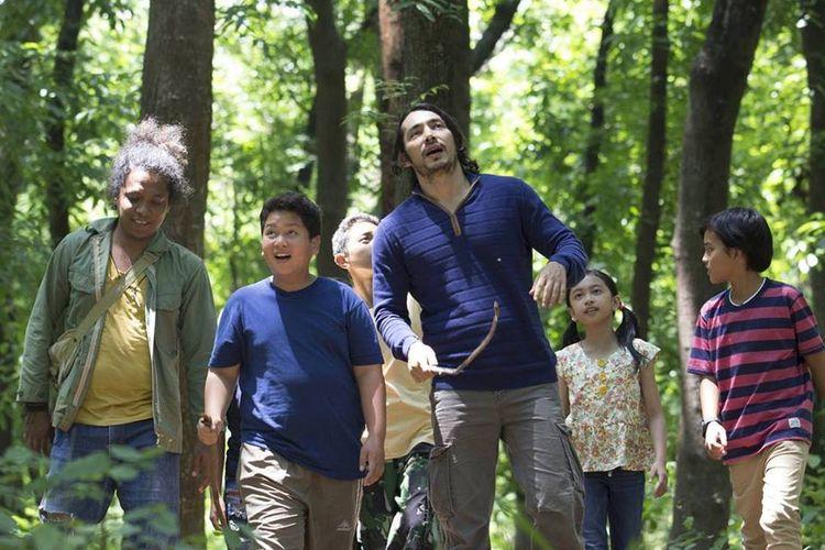 Salah satu adegan dalam film Petualangan Menangkap Petir yang dibintangi, (dari kiri) Arie Kriting, Fatih Unru, Abimana Aryasatya, Zara Leola, dan Bima Azriel.