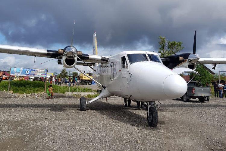 Pesawat Twin Otter Dimonim Air PK-HVU ditembaki orang tak dikenal di Bandara Kenyam, Kabupaten Nduga, Papua, Jumat (22/6/2018).
