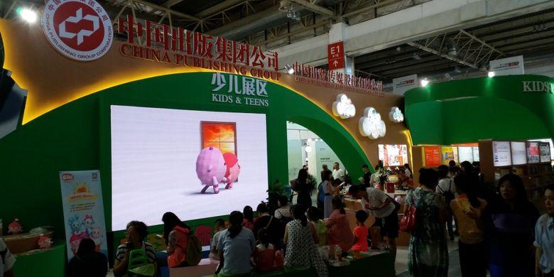 Stan khusus anak-anak milik China Publishing Group tampil dengan dominasi warna hiaju dalam acara Beijing International Book Fair 2017 yang diadakan pada 23-27 Agustus 2017 di Beijing, China.