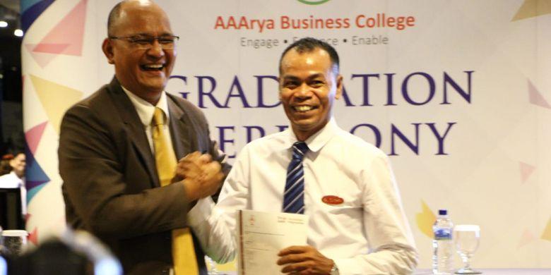 Sebanyak 14 orang yang bekerja sebagai housekeeping  di Batam menerima sertifikat setelah mengikuti training yang dilaksanakan oleh AAArya Business College di Singapura. Penyerahan sertifikat dilakukan di ballrom I Hotel Baloi, Batam, Kepulauan Riau (Kepri), Jumat (19/4/2018).